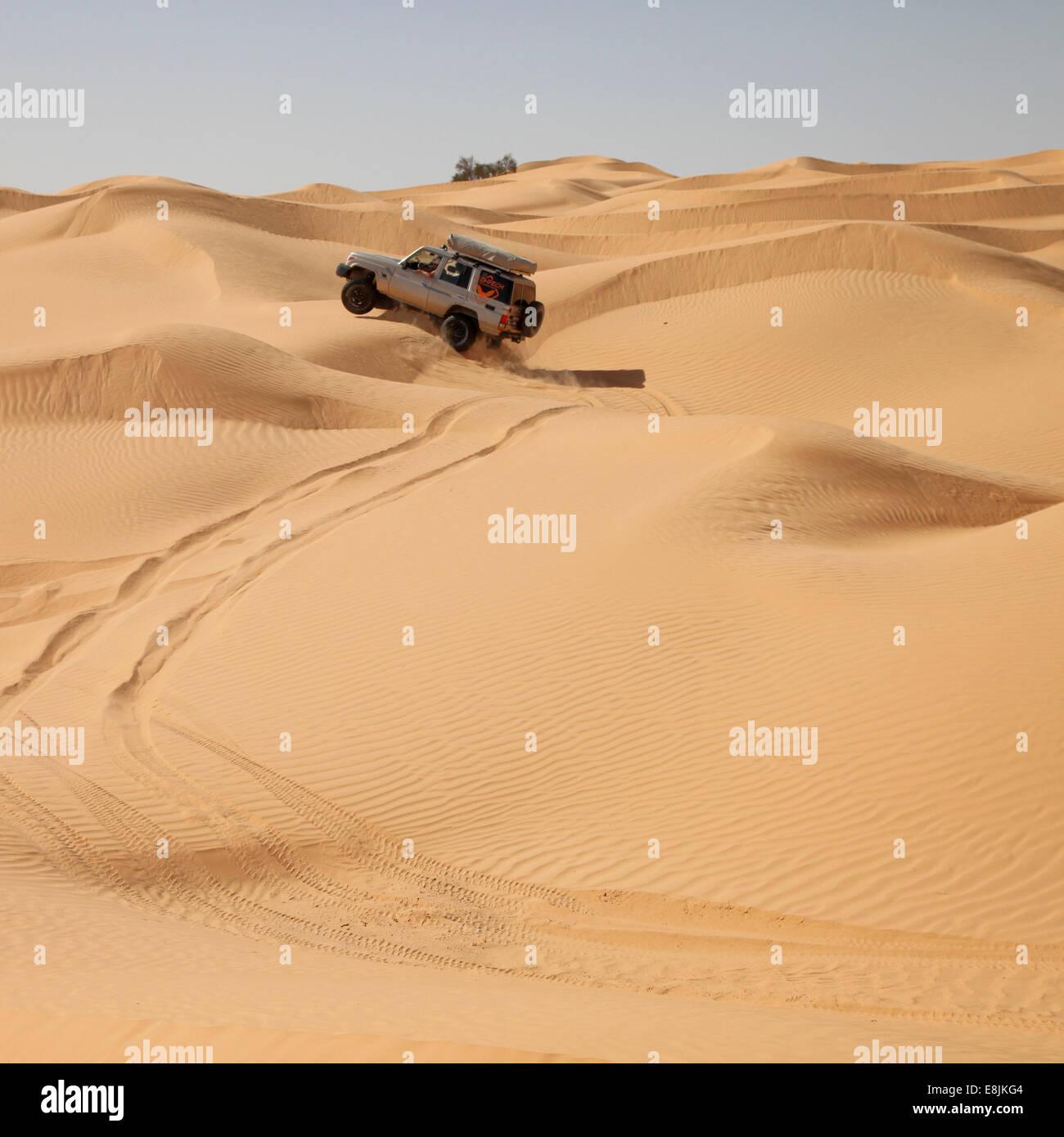 Véhicule dans le désert. Photo Stock