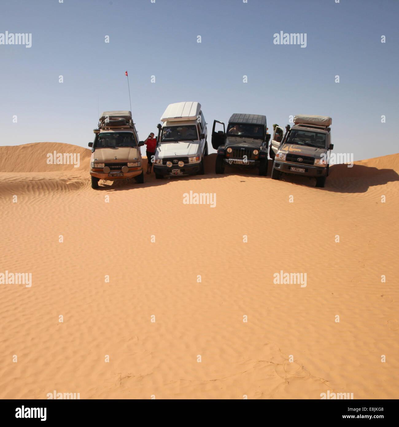 Véhicules dans le désert. Photo Stock