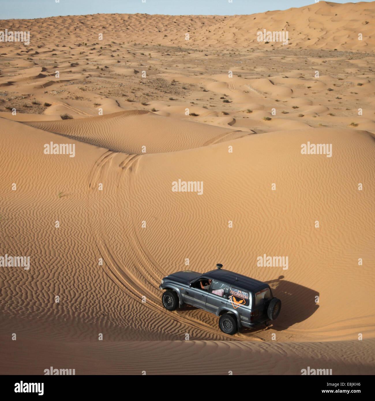 Véhicule dans le Sahara Photo Stock