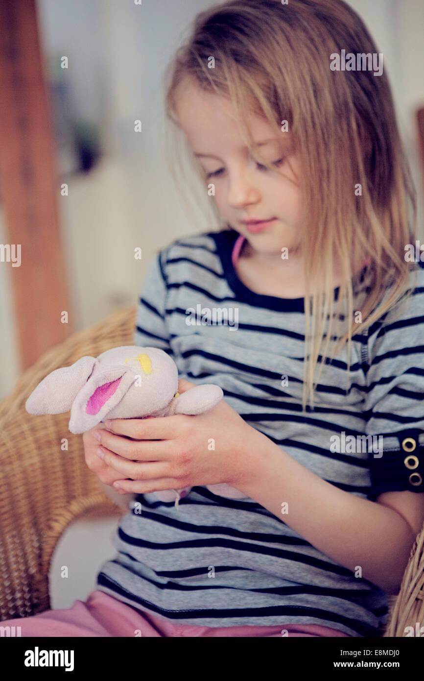 Jeune fille tenant une peluche préférée. Photo Stock
