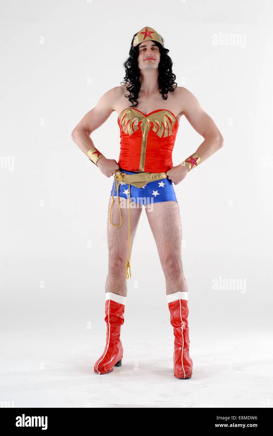 Dans l\u0027homme fancy dress costumes dans une comédie DC comics wonder woman  costume de super héros, avec des bottes rouges, short, perruque et haut  rouge