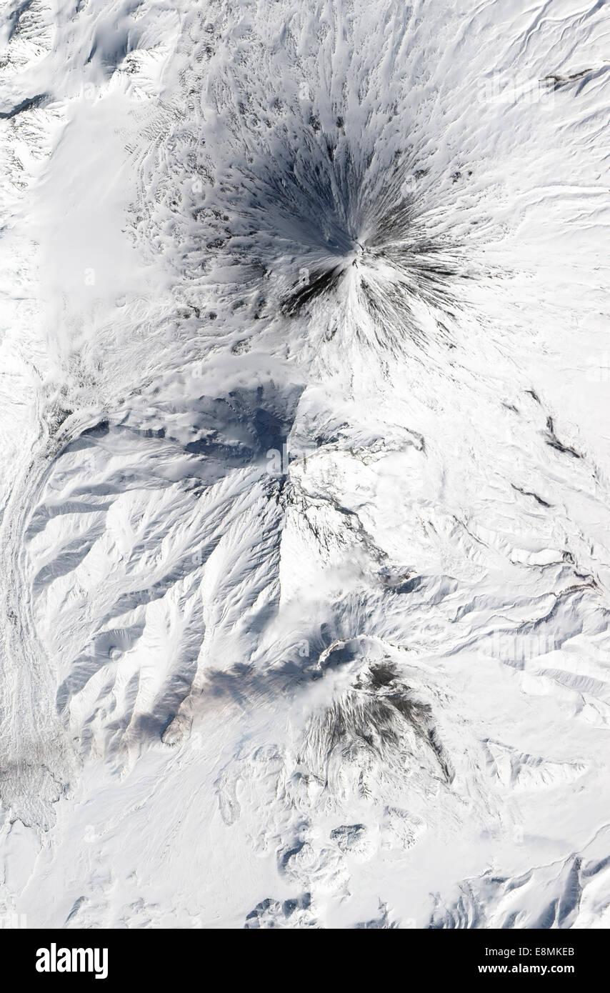 5 avril 2013 - Le Volcan Bezymianny émet un panache de vapeur et autres gaz volcaniques depuis ses grandes Photo Stock