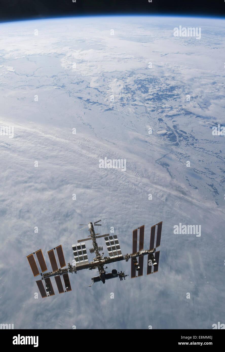 7 mars 2011 - La Station spatiale internationale backdropped contre nuages sur Terre. Photo Stock