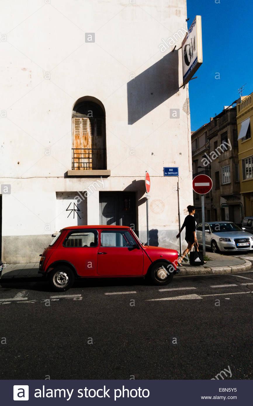 Femme marche dans la rue, Perpignan, France. Photo Stock