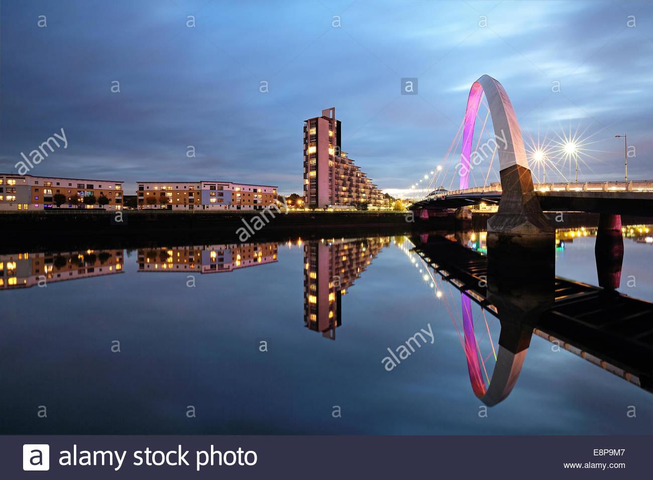 Le Glasgow Clyde Arc réfléchissant sur la rivière Clyde, après le coucher du soleil. Banque D'Images