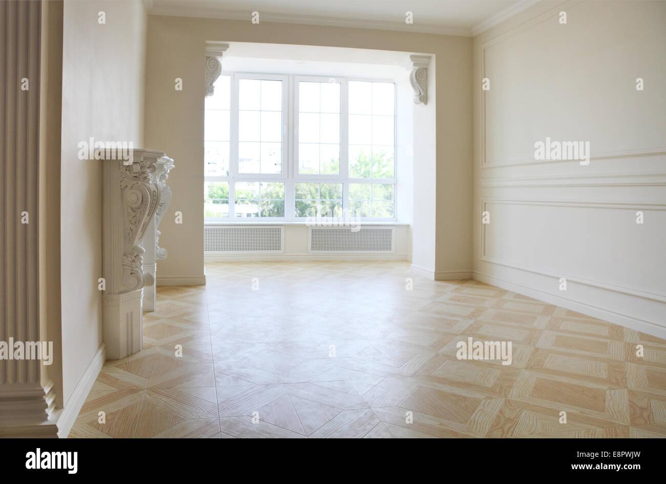 Beau Salon Dans Des Tons Lumineux Avec Cheminee Et Grande Fenetre Photo Stock Alamy