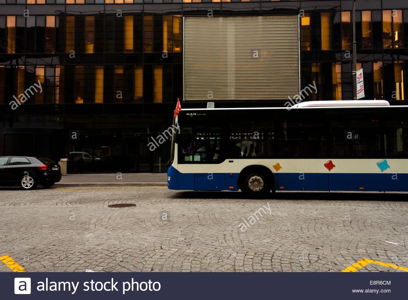 Bus dans la rue, Perpignan, France. Photo Stock