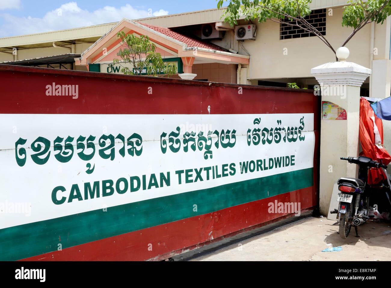 Gate à une usine de textiles chinois exploités dans la zone industrielle de Pochentong à Phnom Penh, Photo Stock