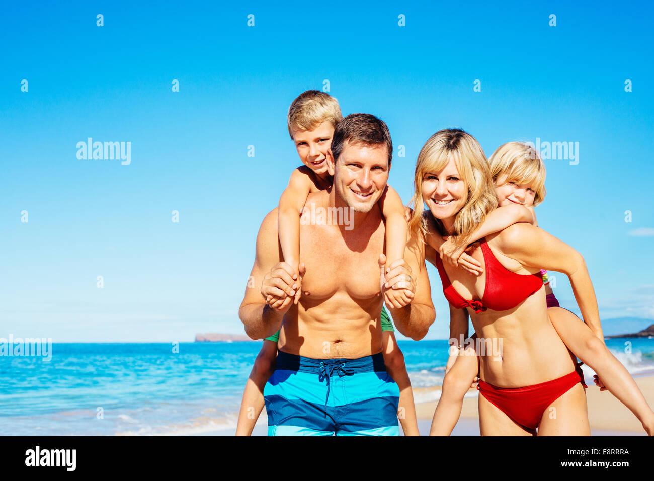 Famille de quatre personnes s'amusant sur la plage tropicale à Hawaï Photo Stock