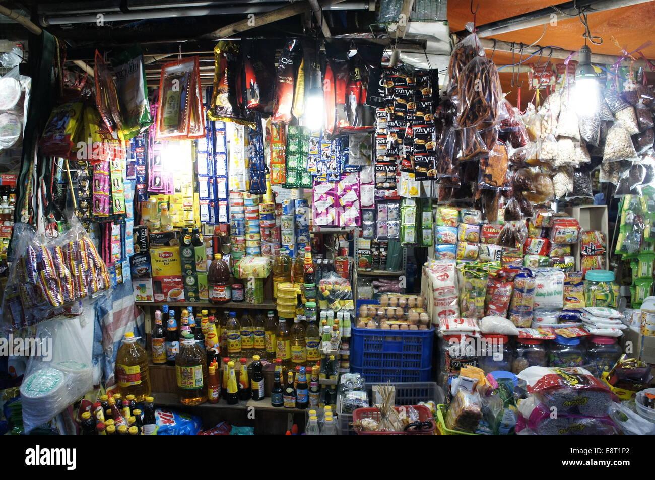 Street market stall vente de produits d'épicerie et des articles divers à Ho Chi Minh city Photo Stock