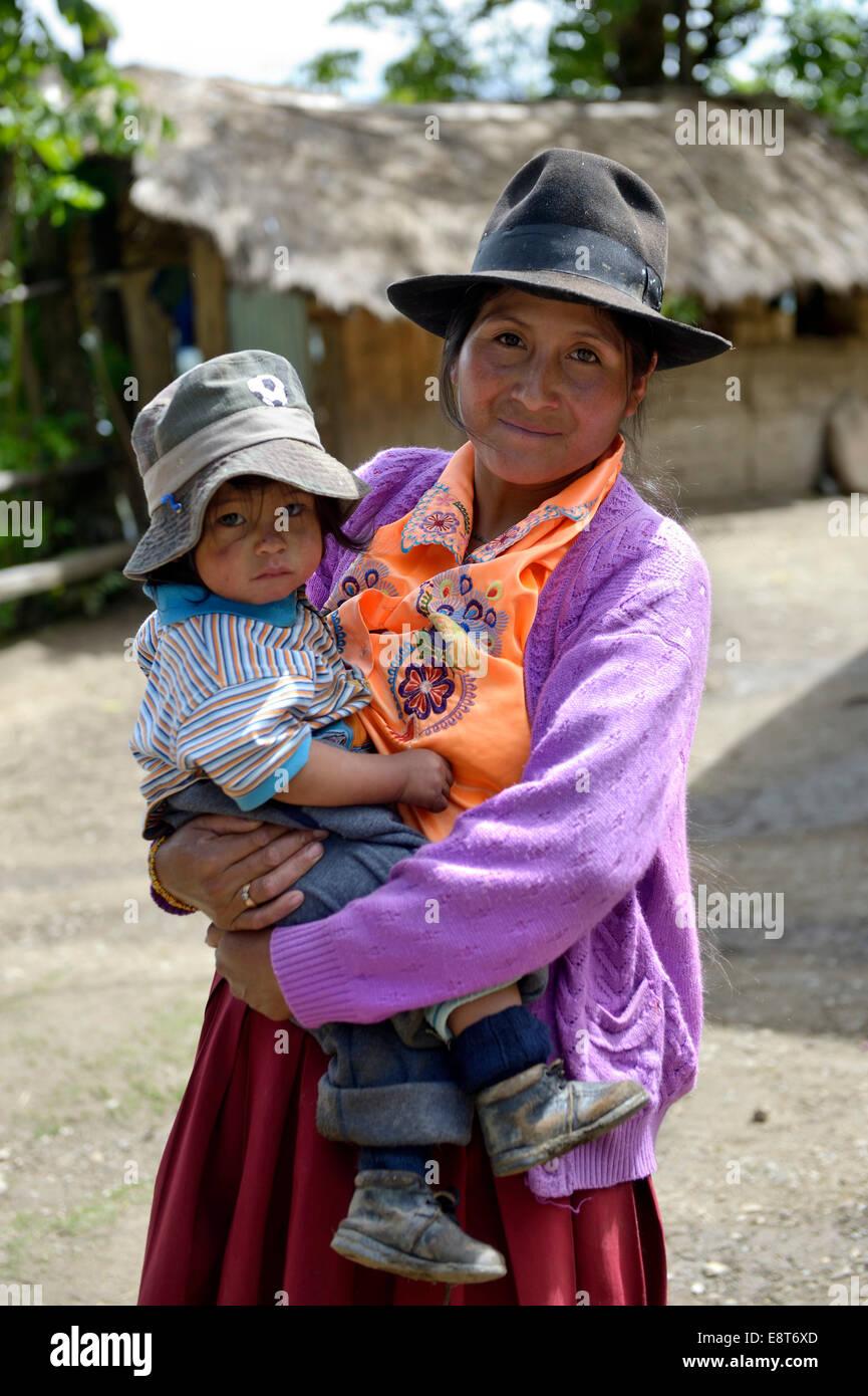 Mère en costume traditionnel avec l'enfant, Chuquis, Huanuco, Pérou Province Banque D'Images