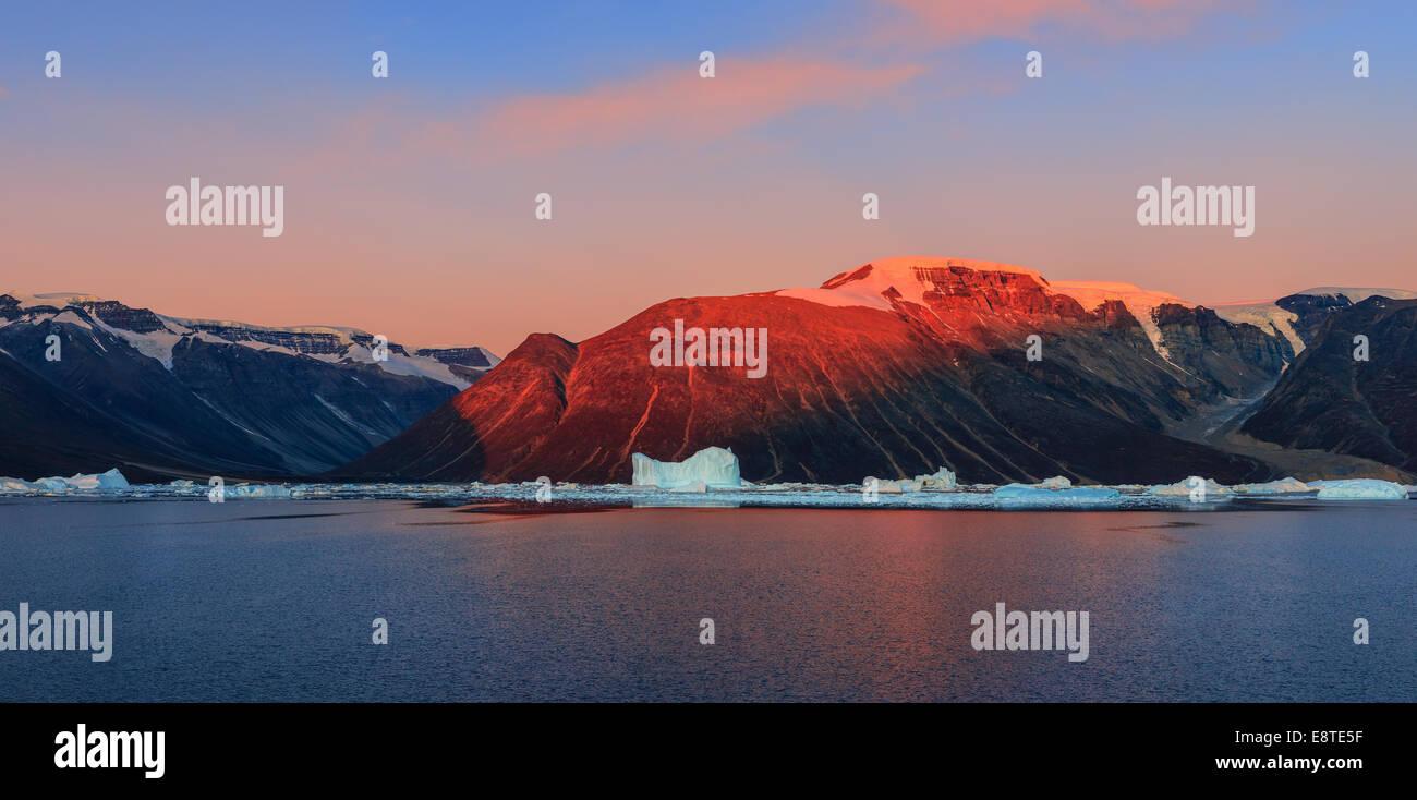 Lever du soleil dans le Fjord Røde, Scoresbysund, Groenland Photo Stock