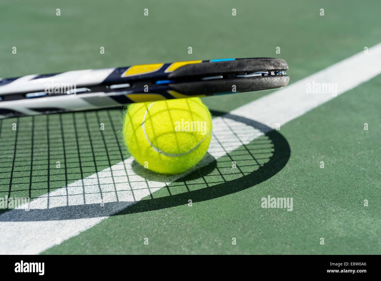 Vue rapprochée de raquette de tennis et de boules sur le court de tennis en terre battue Photo Stock