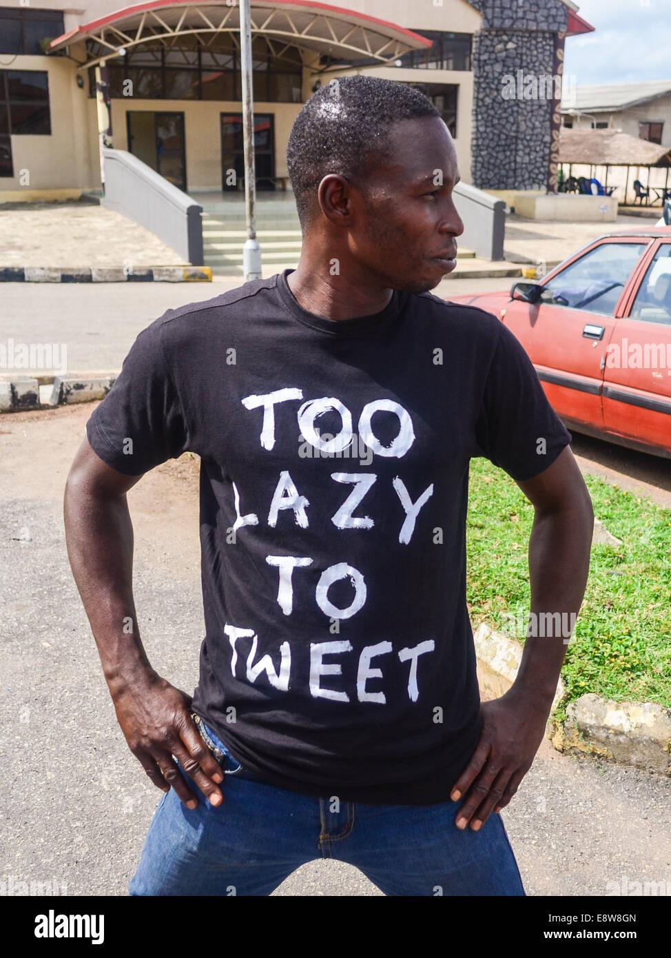 Un homme portant un tee-shirt trop paresseux pour lire 'tweet' à Abeokuta, Etat d'Ogun, Nigéria Photo Stock