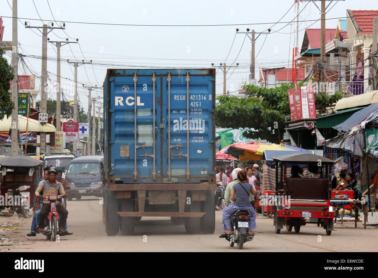 Chariot avec des conteneurs de vêtements les usines de textile à Phnom Penh, Cambodge Photo Stock