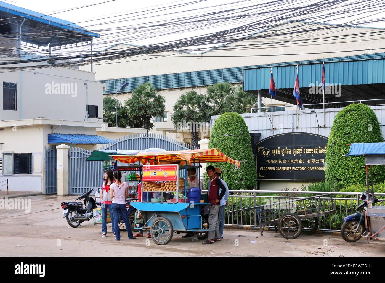Porte d'une usine de textile dans la zone industrielle de Pochentong à Phnom Penh, Cambodge. Photo Stock