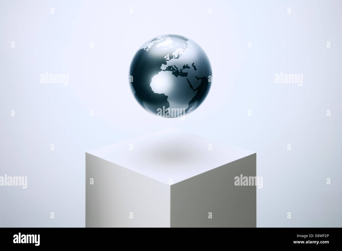 Globe planant sur socle Photo Stock