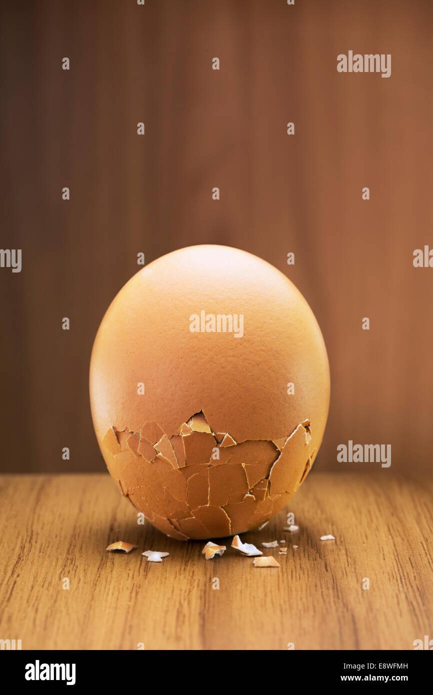 Close up de fissuration des œufs sur le comptoir Photo Stock