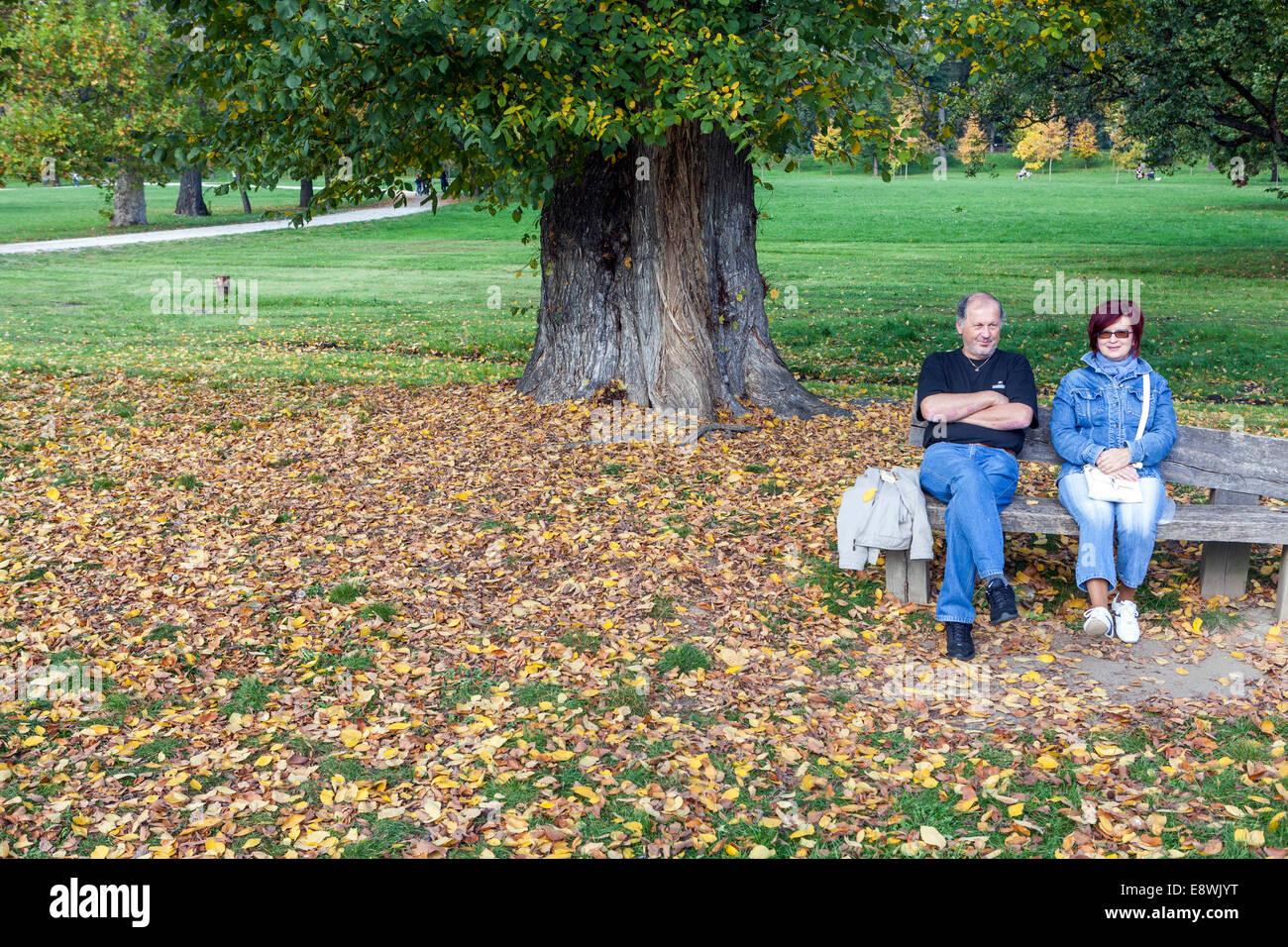 Le parc Stromovka automne femme homme bench Prague Praha République Tchèque Photo Stock
