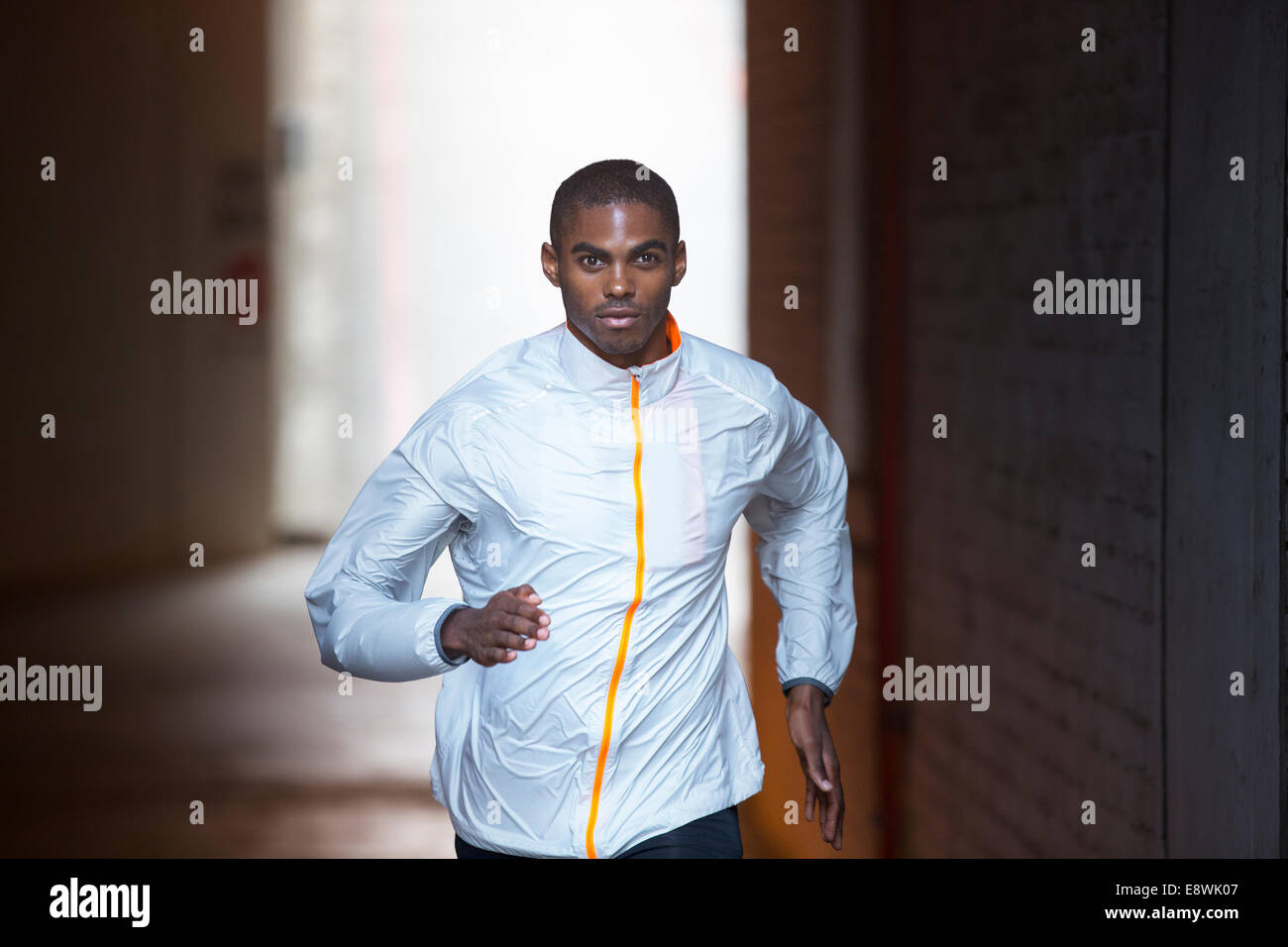 Homme qui court à travers les rues de la ville Photo Stock