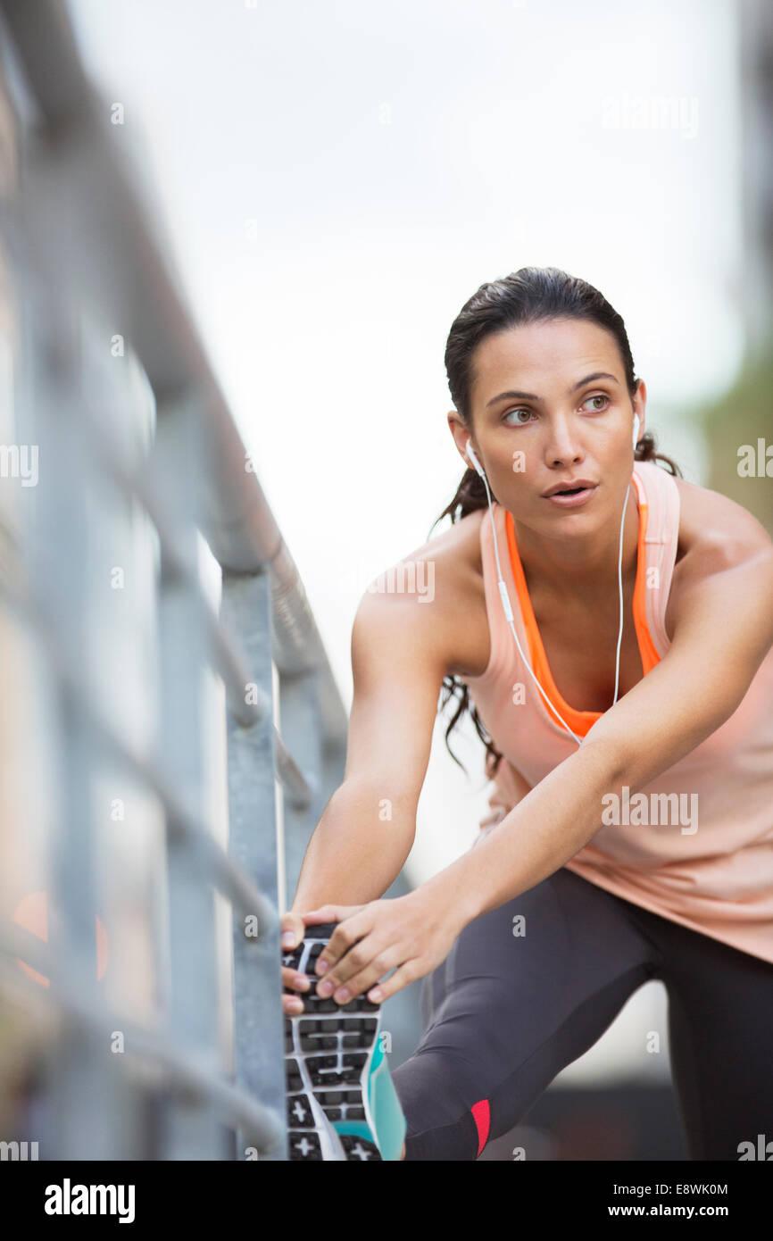 Femme étendant ses jambes avant l'exercice Photo Stock