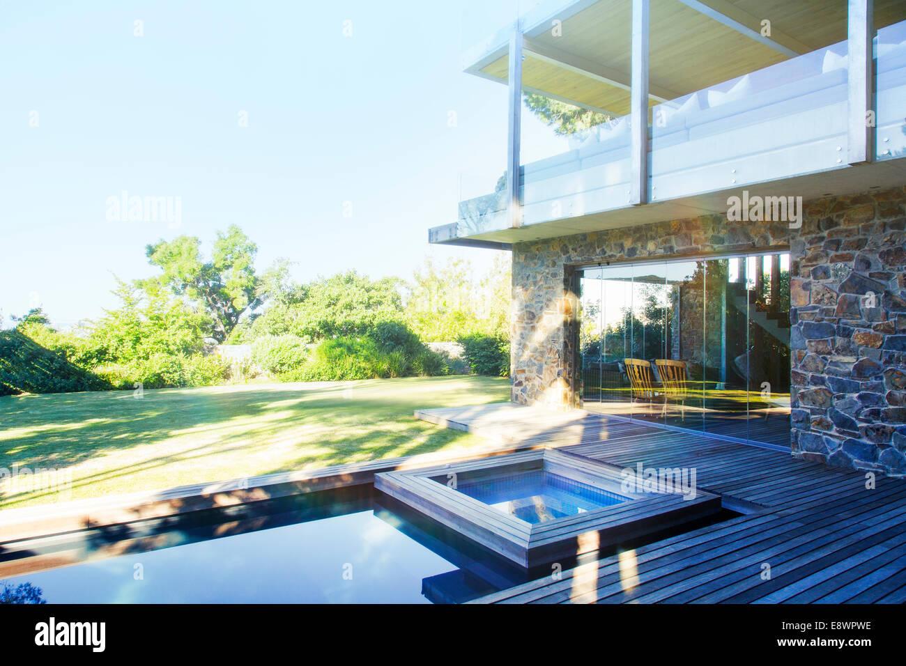 Maison Moderne Avec Vue Sur Piscine Et Terrasse En Bois Banque D