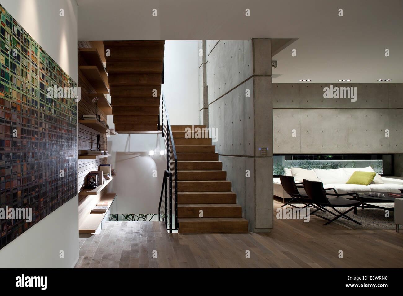 Plan ouvert salon et escalier dans D House, Israël, Moyen Orient ...