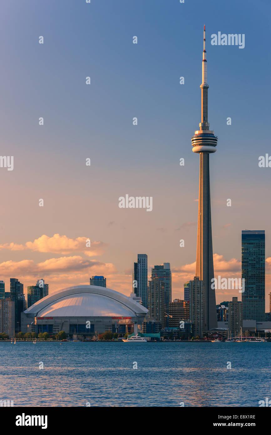 Célèbre ville de Toronto avec la Tour CN et le Centre Rogers pris de les îles de Toronto. Photo Stock