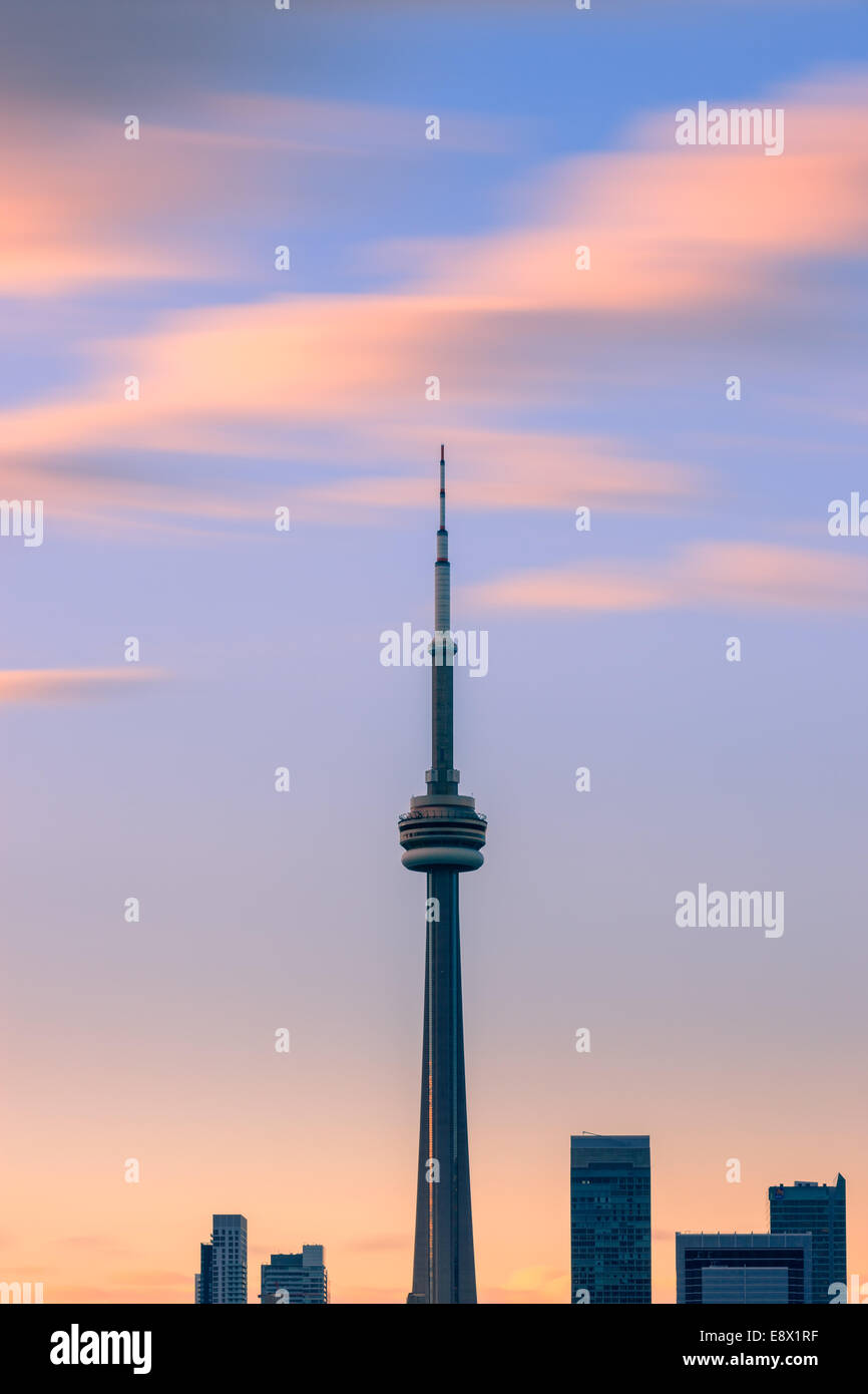 La Tour CN de Toronto au coucher du soleil avec une longue exposition, tirée de l'îles de Toronto. Banque D'Images