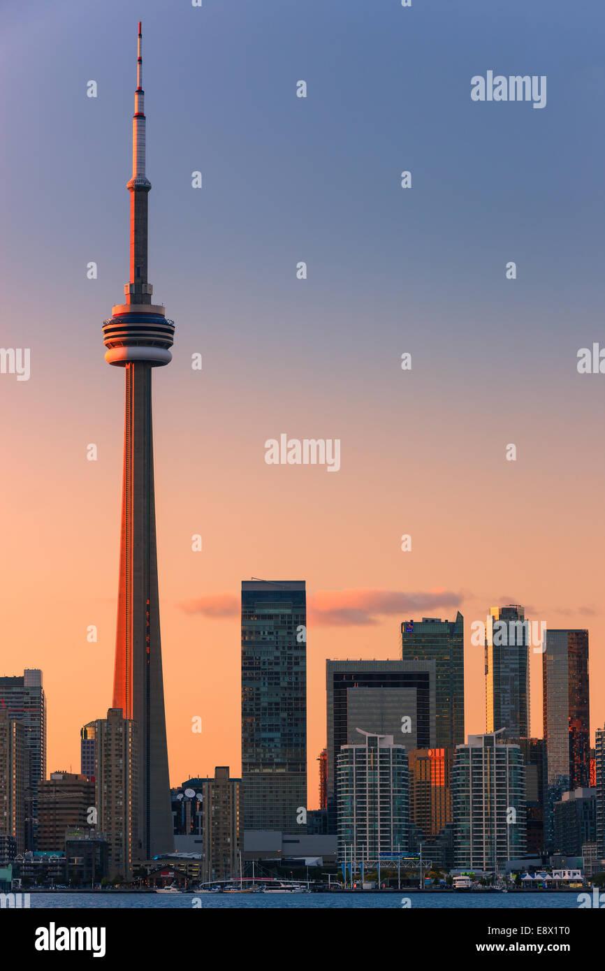 Célèbre ville de Toronto avec la Tour CN et le Centre Rogers au coucher du soleil prises depuis les îles de Toronto. Banque D'Images