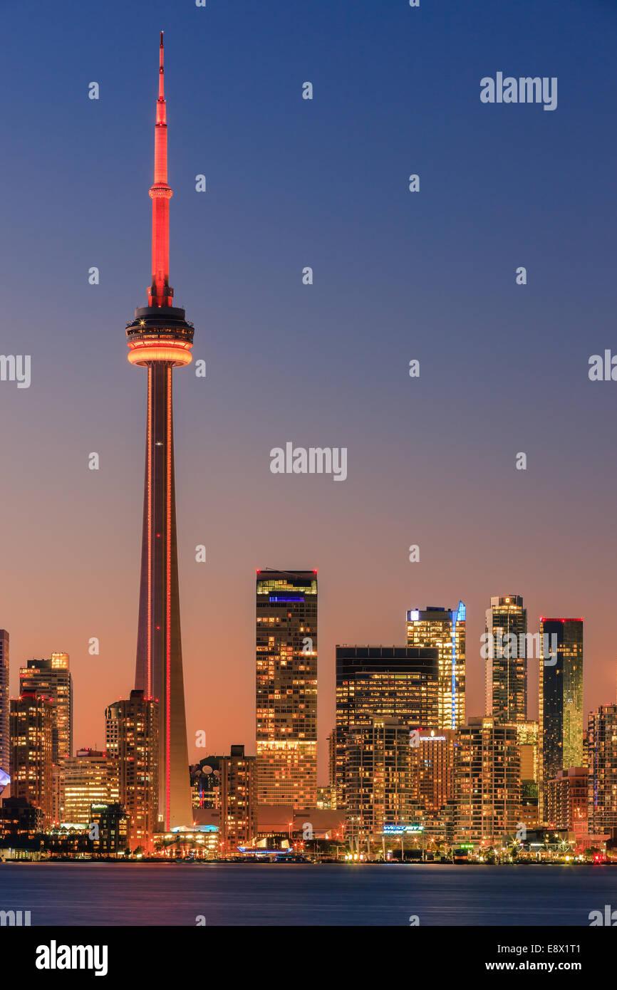 Célèbre ville de Toronto avec la Tour CN et le Centre Rogers après le coucher du soleil prises depuis les îles de Toronto. Banque D'Images