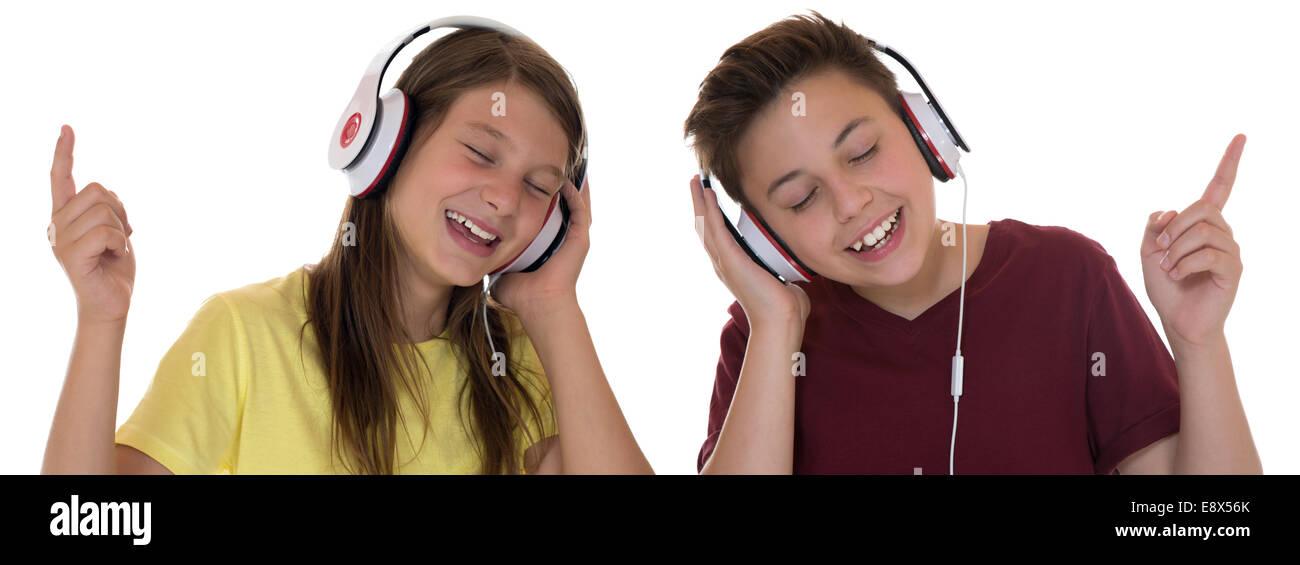 Jeune adolescent ou les enfants d'écouter de la musique, isolé sur fond blanc Photo Stock