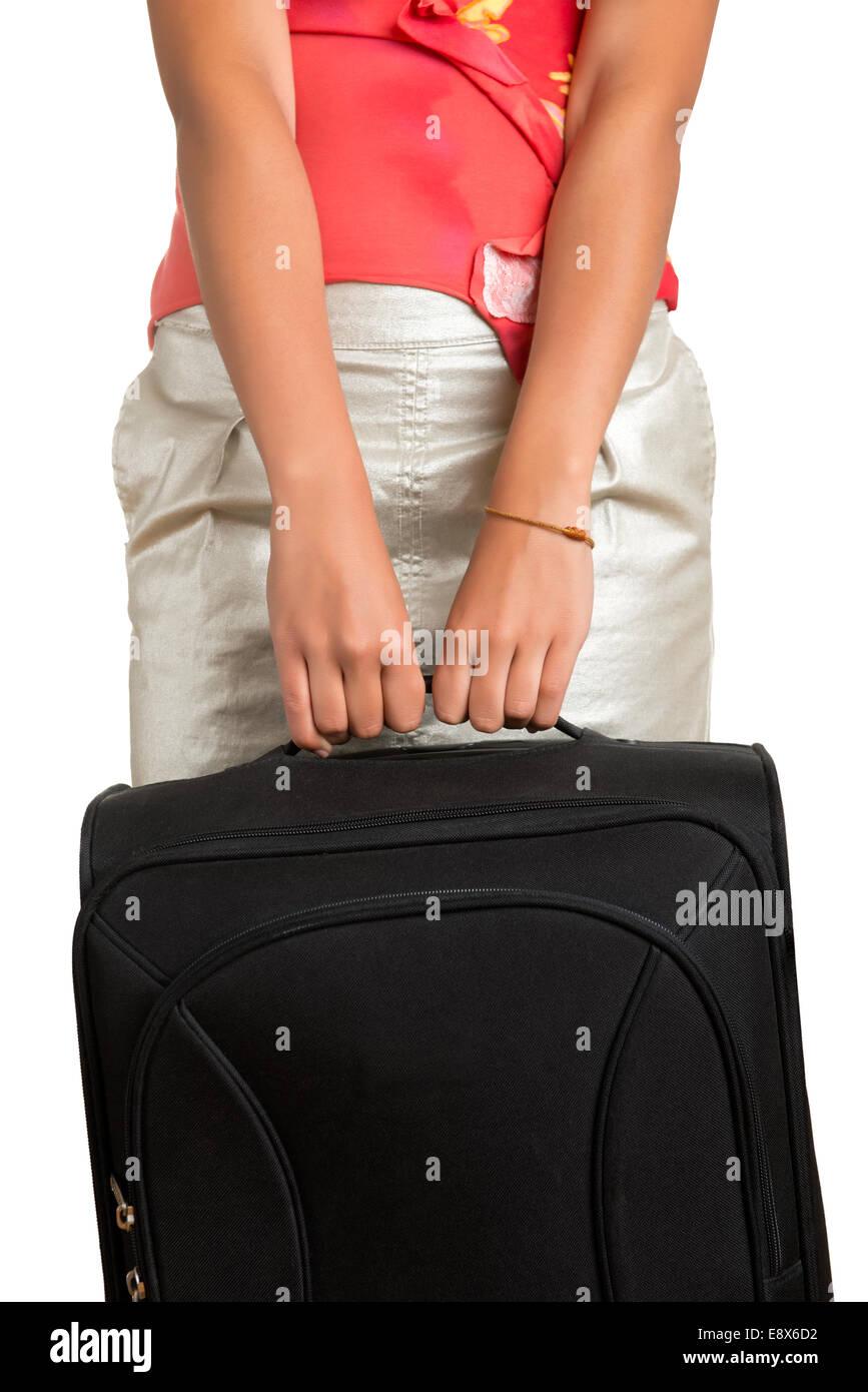 Jeune femme tenant un sac de voyage, isolé en blanc Photo Stock