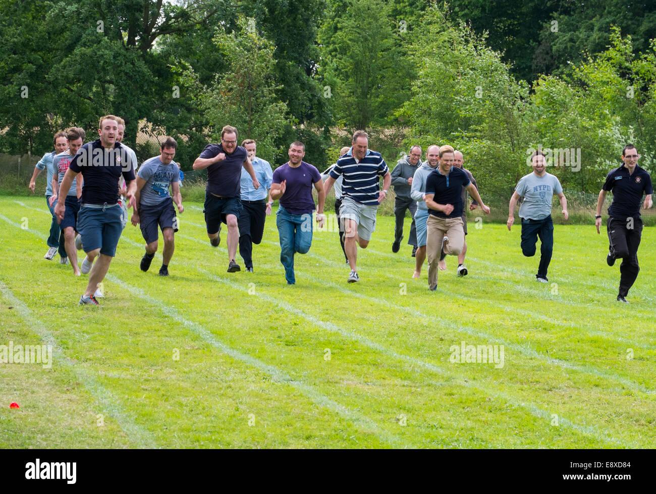 Les papas dans une course sur les parents d'une école maternelle sports le jour Shropshire en Angleterre Banque D'Images