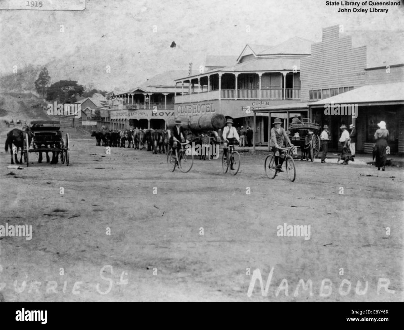 Divers modes de transport qui se déplacent le long de Currie Street, Nambour 14636059173 o Photo Stock