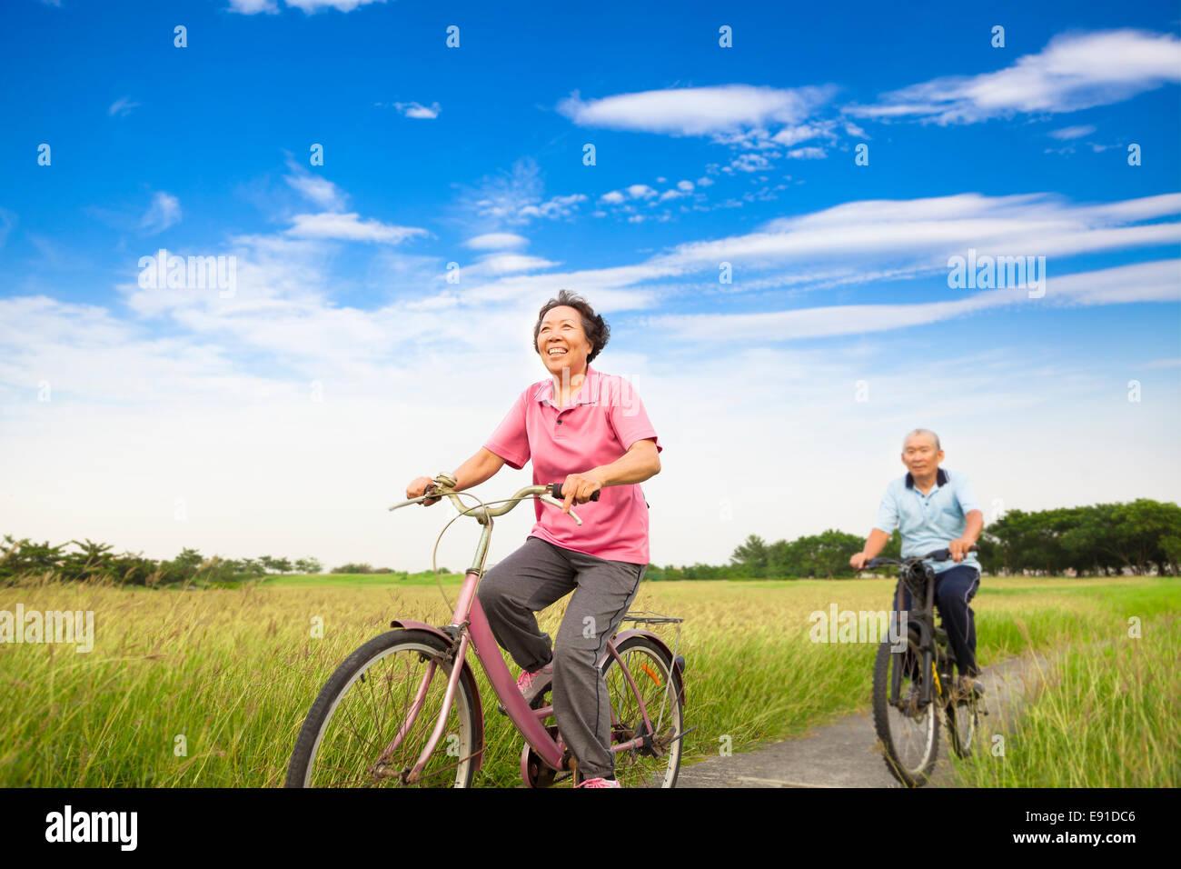 Les personnes âgées personnes âgées Happy Asian couple walking in ferme avec fond de ciel bleu Photo Stock