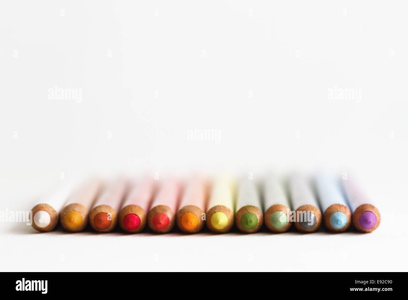 Crayons de couleur dans une rangée Banque D'Images