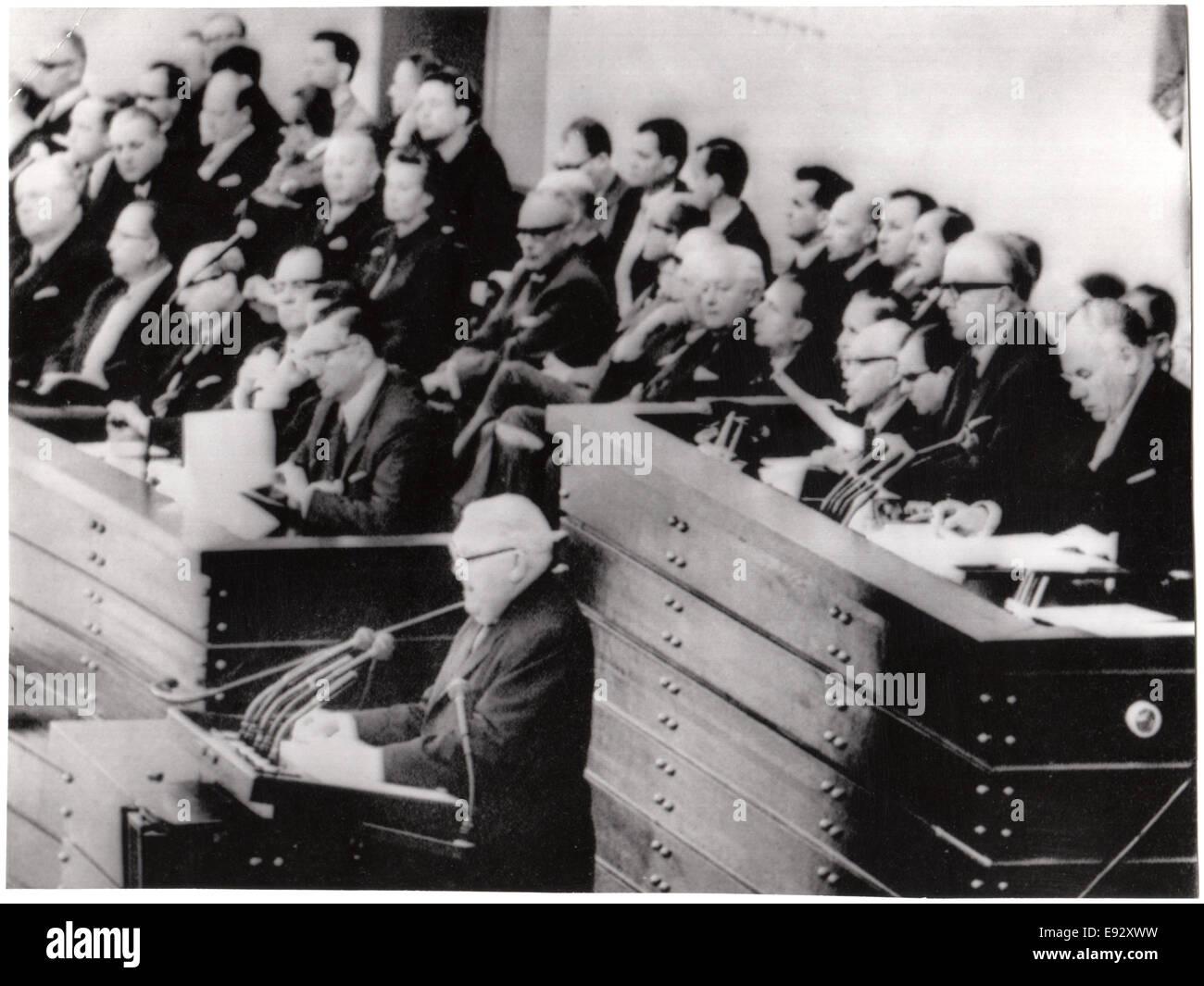 Le chancelier ouest-allemand Ludwig Erhard adressait au Parlement, Bonn, Allemagne de l'Ouest, le 10 novembre Photo Stock