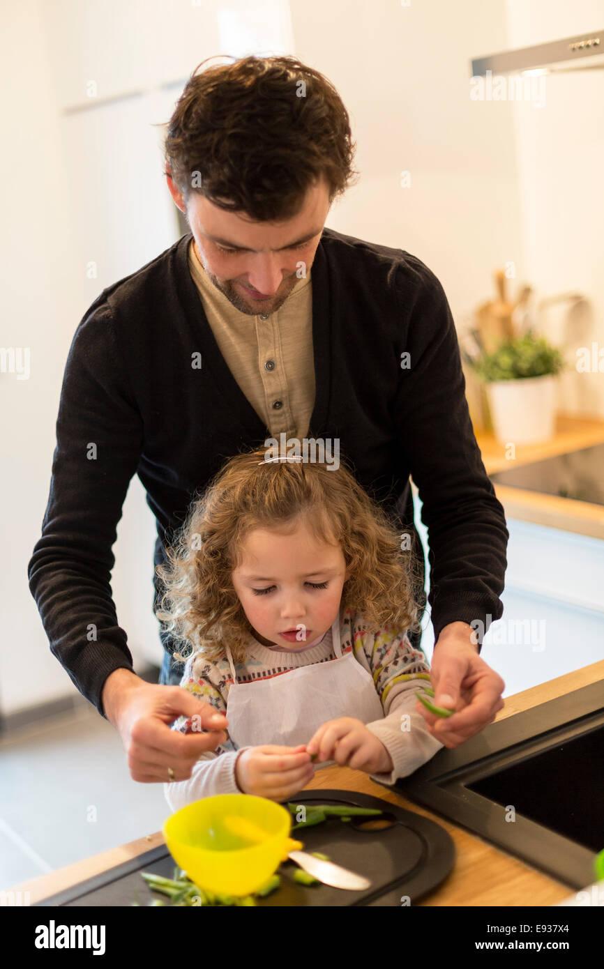 Le père et sa fille, la préparation des aliments Photo Stock