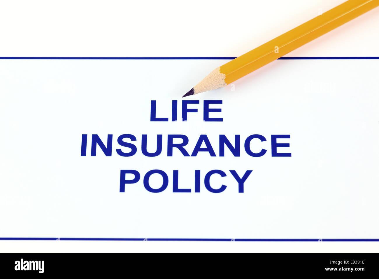 La politique d'assurance-vie avec un crayon. Photo Stock