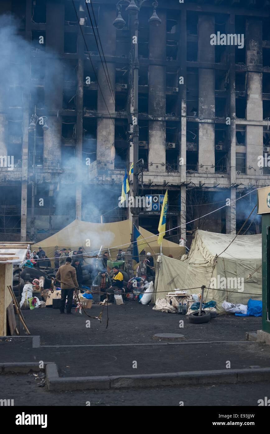 Camp de paix en face d'un bâtiment incendié après l'émeute de Maidan à Kiev Photo Stock