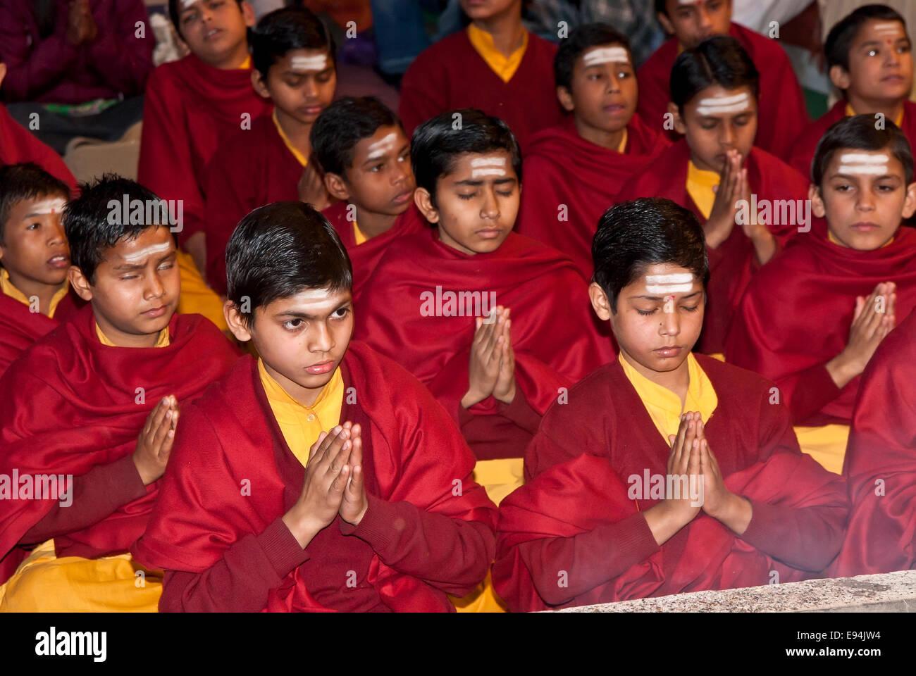 Jeunes moines prier durant une cérémonie religieuse, de l'Inde Photo Stock