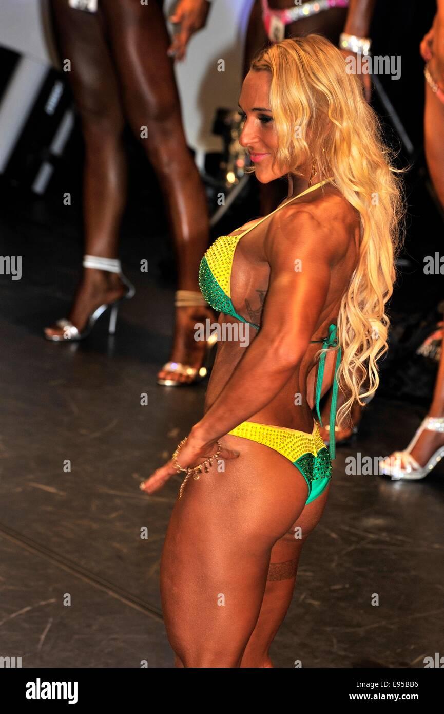 Roosendahl, aux Pays-Bas. 19 Oct, 2014. Candidate en montrant son meilleur au bodybuilding et fitness concours du Banque D'Images