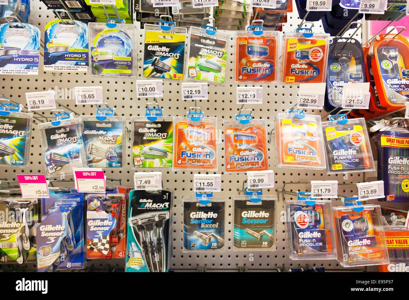 Lames de rasoir Gillette Fusion Wilkinson Sword produit produits sur étagère de magasin à l'intérieur Photo Stock