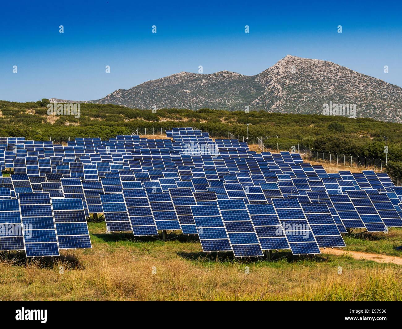 Panneaux solaires dans le champ vide pour une meilleure orientation soleil Photo Stock