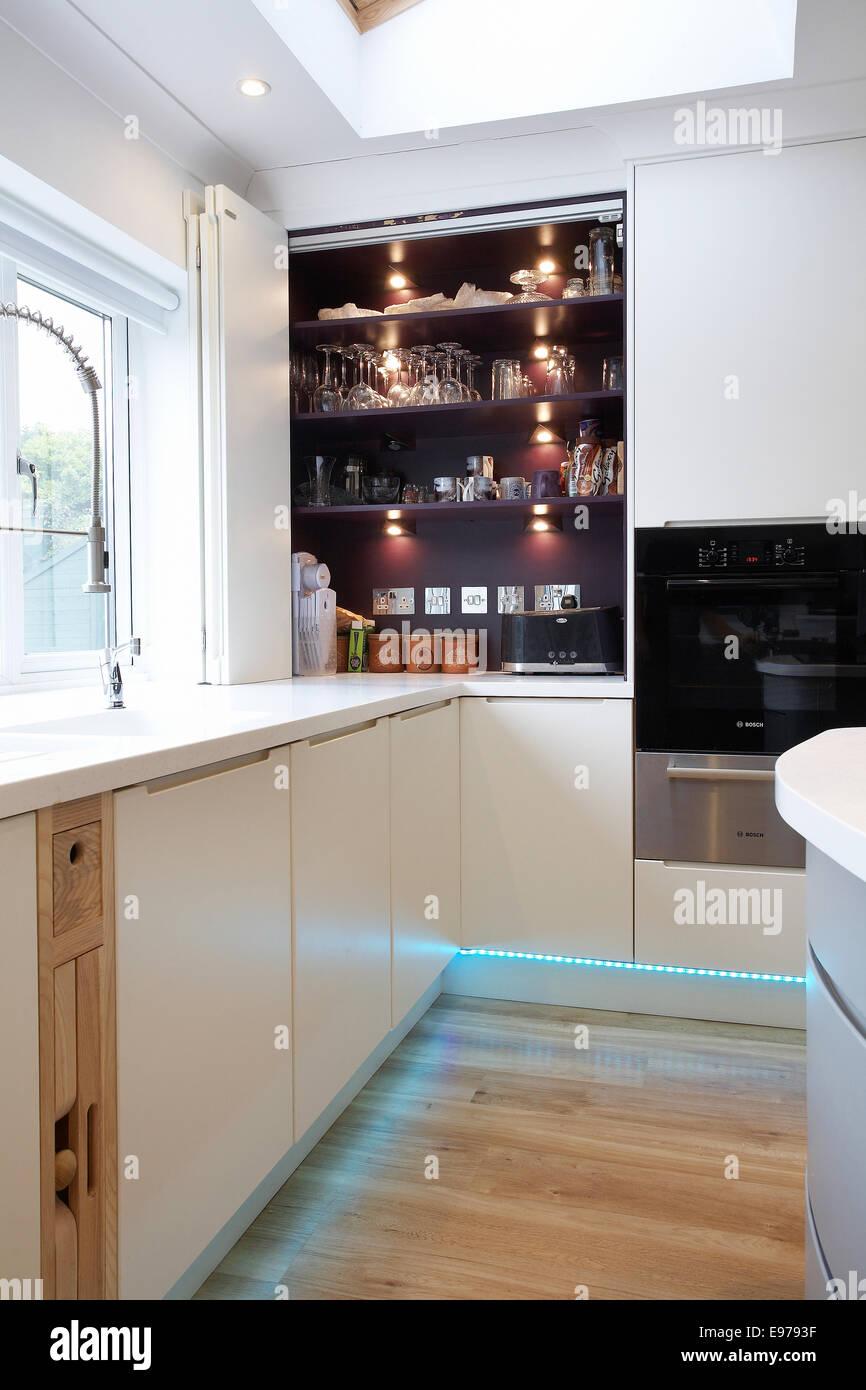 Une cuisine moderne blanc à l\'intérieur d\'une maison au ...