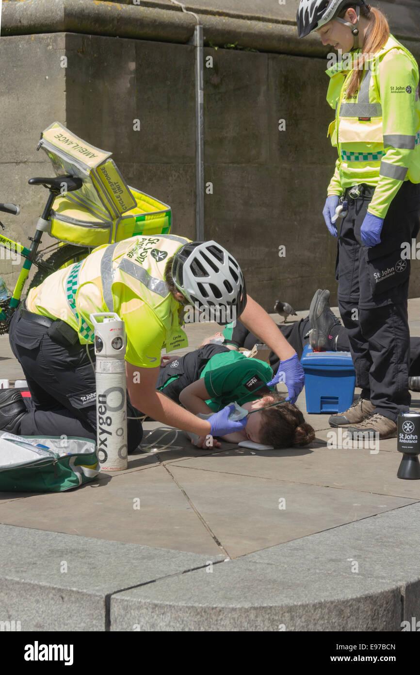 Les bénévoles d'Ambulance Saint-Jean démontrant l'administration d'oxygène sur une Photo Stock