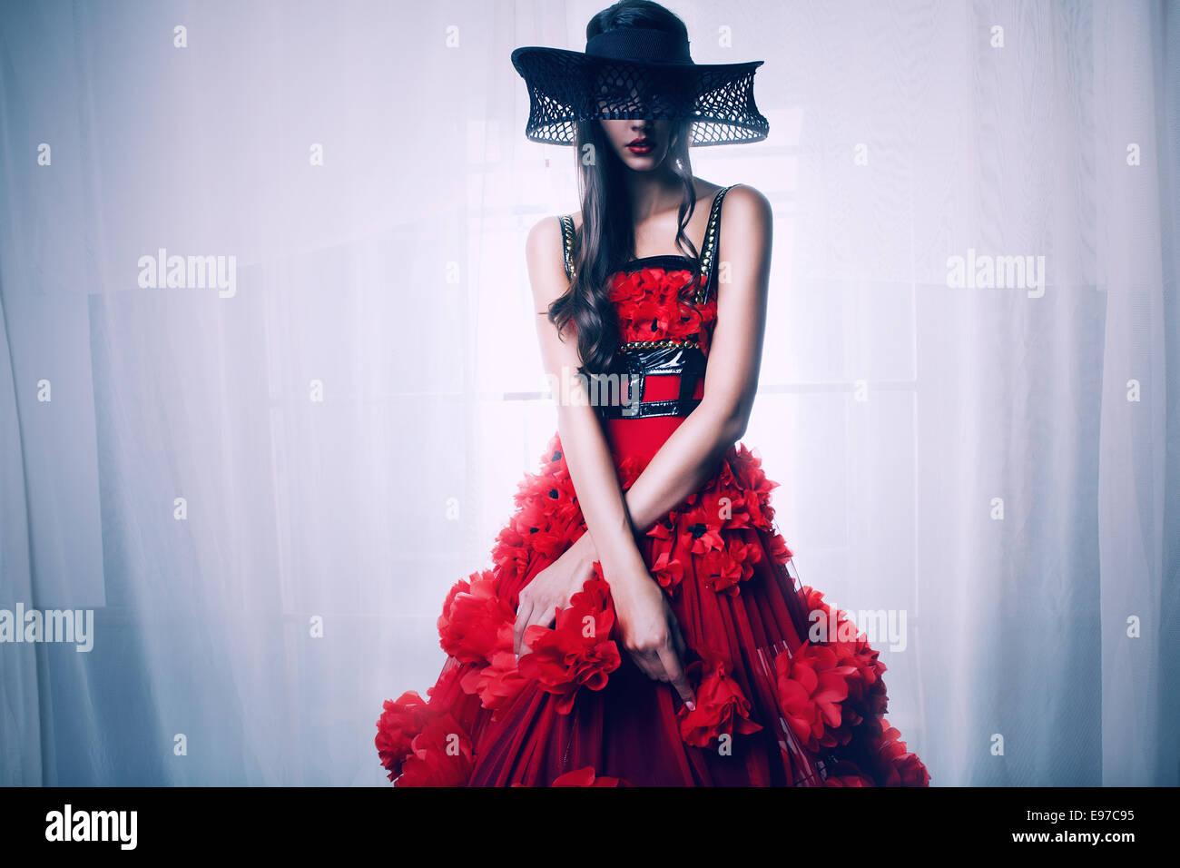 Belle femme dans la peinture de couleur dans le noir Photo Stock