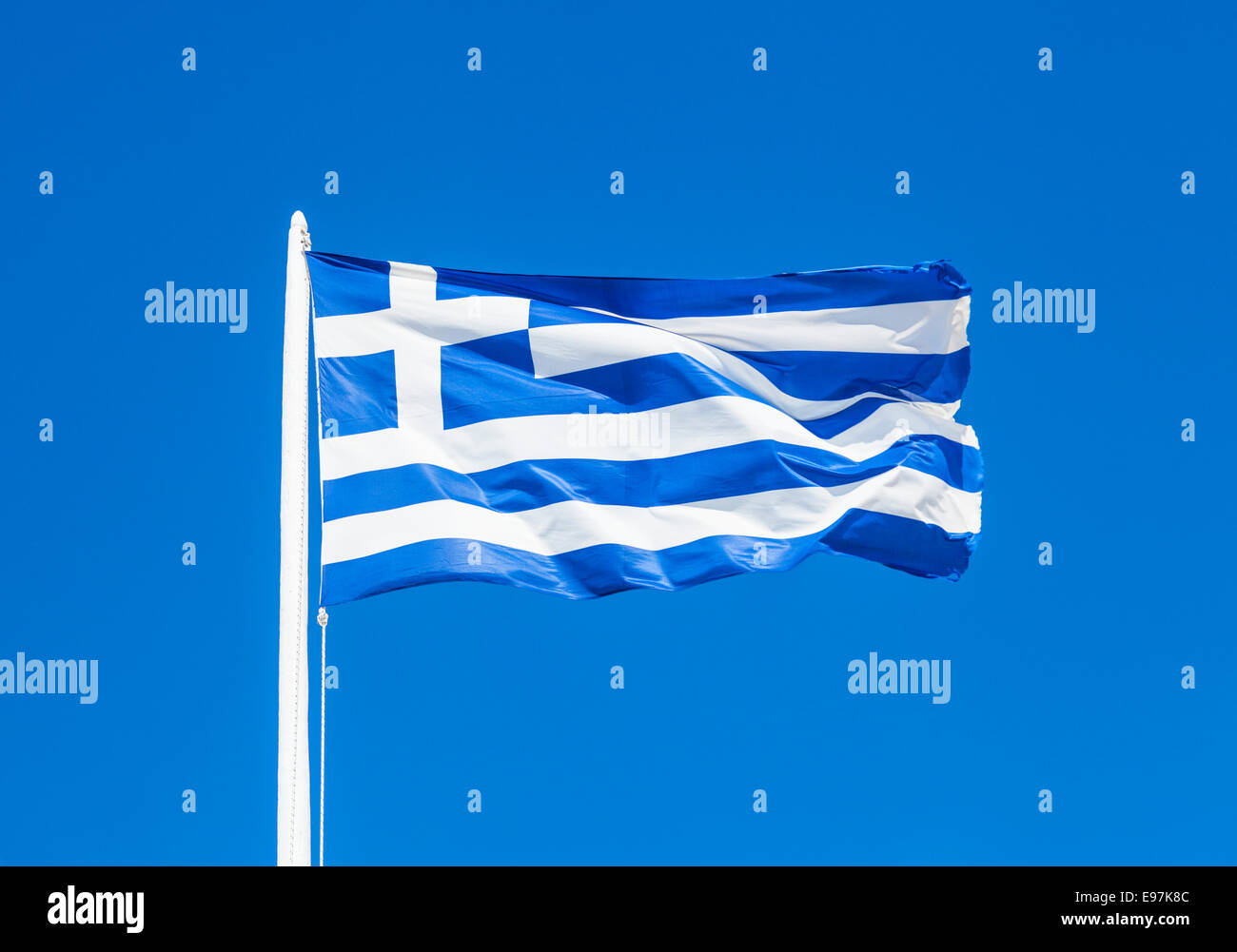 Drapeau grec contre le ciel bleu Photo Stock