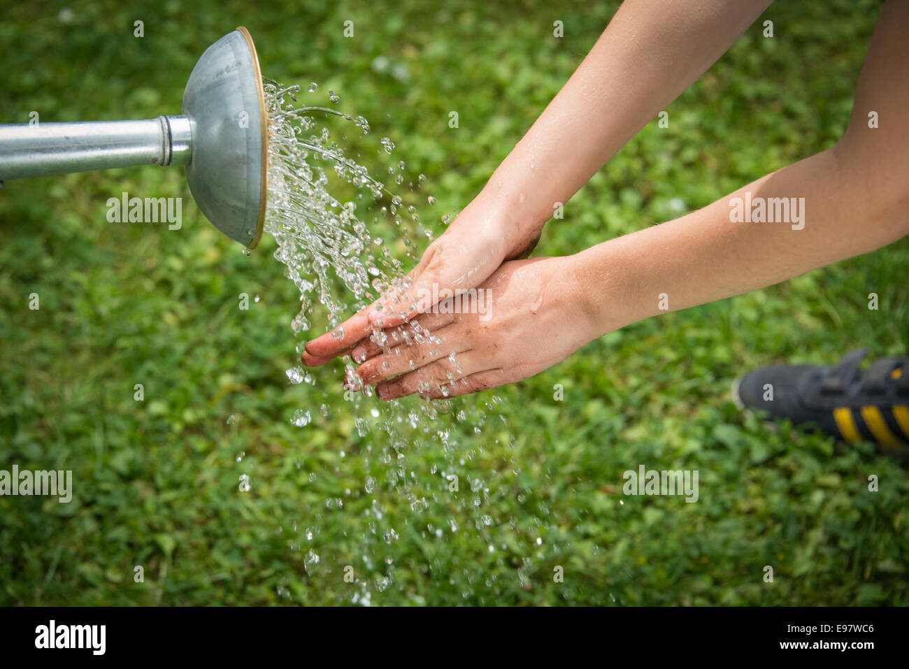 Girl gardening, lave-mains, close-up Photo Stock
